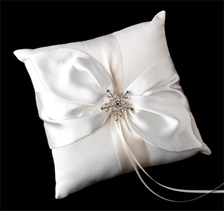 snowflake-brooch-ring-pillow-m.jpg